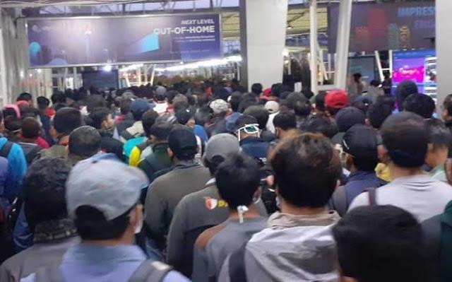 Hari Pertama Masa Transisi, Antrean Panjang Mengular di KRL Stasiun Depok Lama