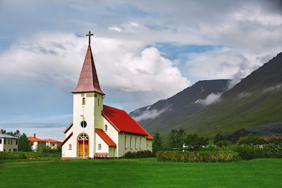 iglesia de techos rojos luterana- las iglesias más bonitas de islandia