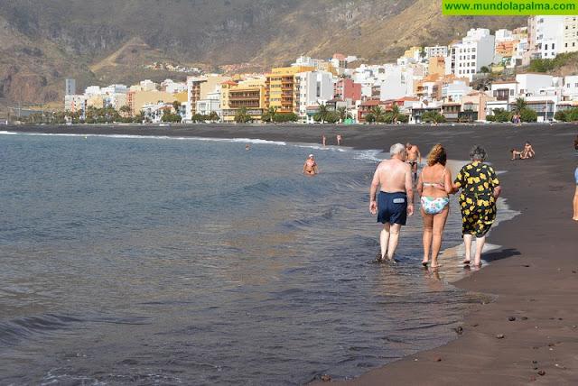 El Cabildo propicia que pacientes del Hospital de Dolores disfruten de la playa de Santa Cruz de La Palma
