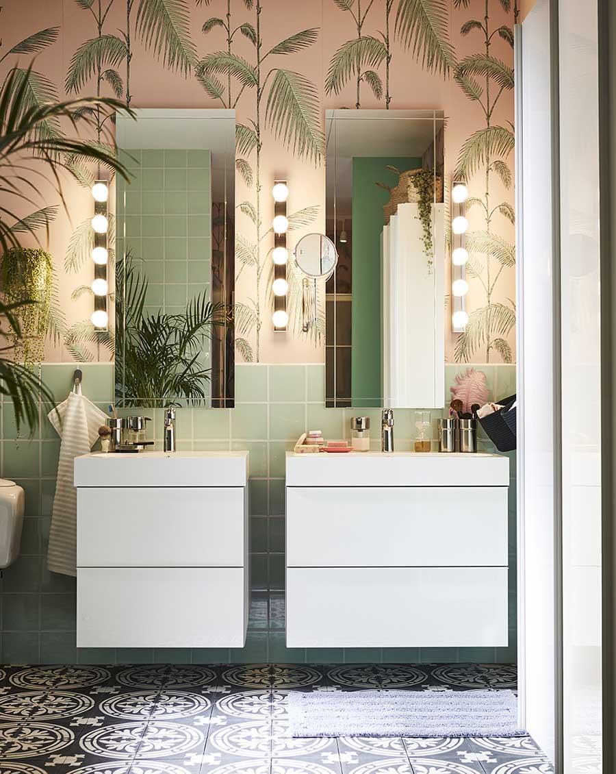 Novedades catálogo Ikea 2020 baño mueble blanco liso con espejo y luces tocador papel pintado rosa palmeras y alicatado verde