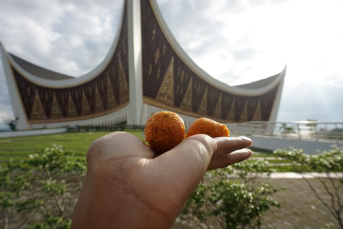 Sala Lauak di depan Masjid Raya Sumatera Barat
