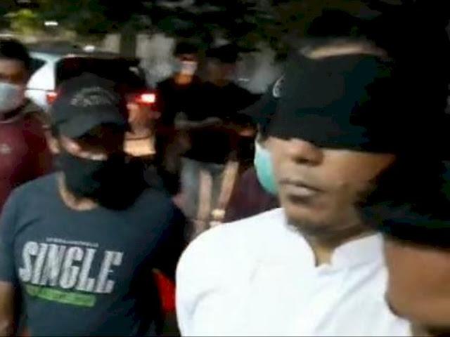 Munarman Tiba di Polda Metro, Tangan Diborgol hingga Mata Ditutup