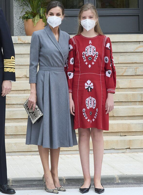 Crown Princess Leonor wore a white wool cashmere coat from Adolfo Dominguez, Infanta Sofia wore a new red sweater dress from Sfera
