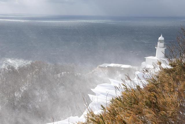 猛烈な北風が吹いています。今日の地球岬灯台