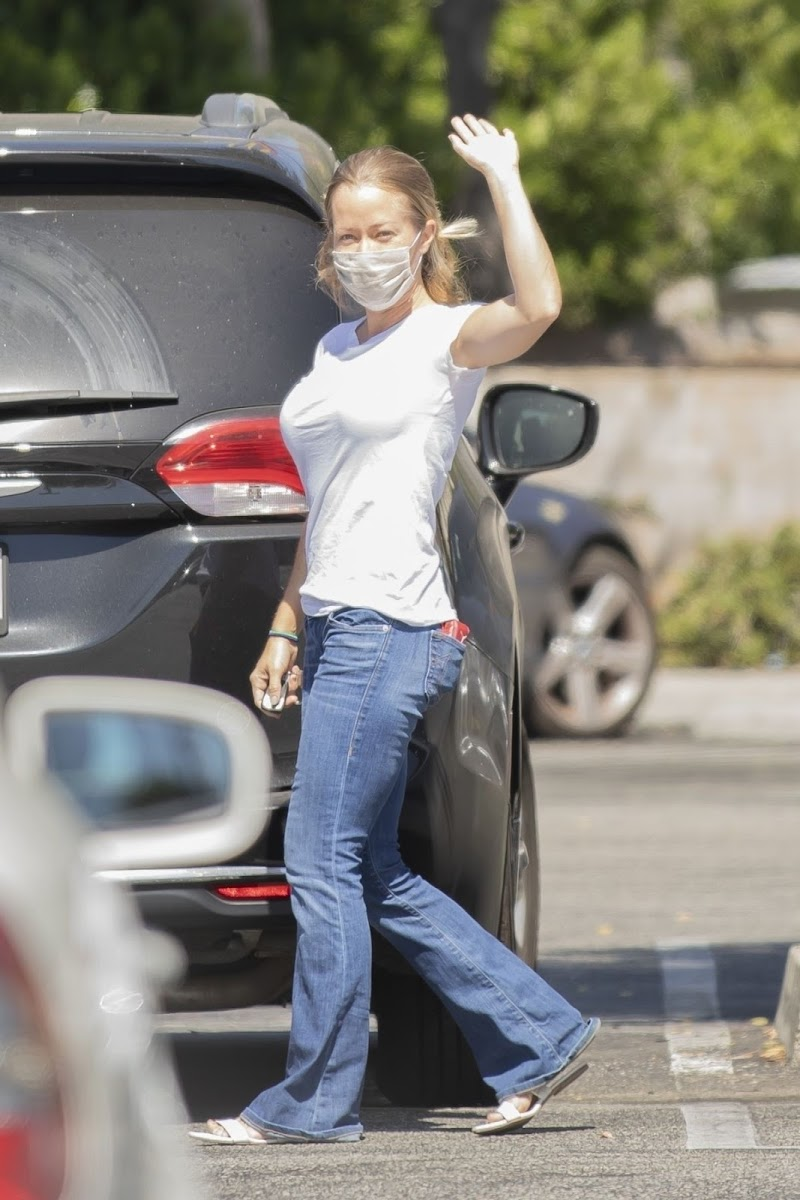 Kendra Wilkinson Clicked Outside while Shopping in Calabasas 1 Sep -2020
