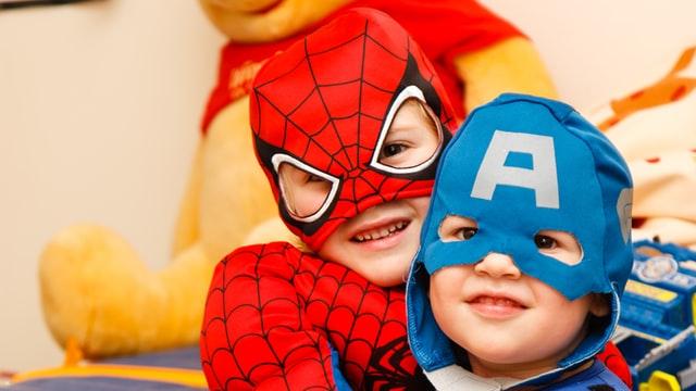 Dos niños disfrazados, uno con disfraz del hombre araña y el otro con disfraz del capitán América