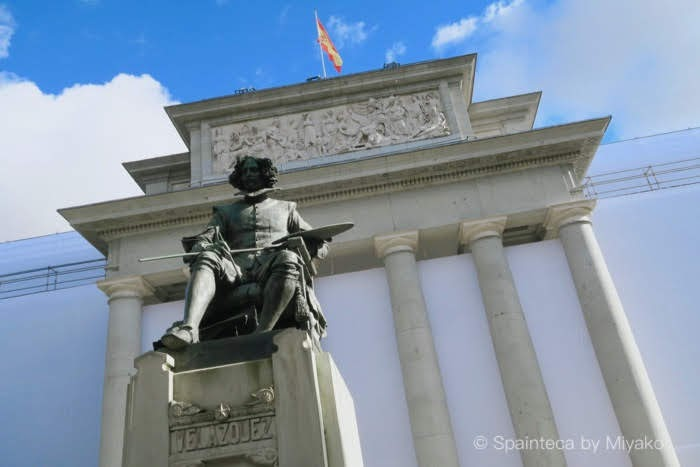 Museo del Prado ブラド美術館のベラスケス像と青い空