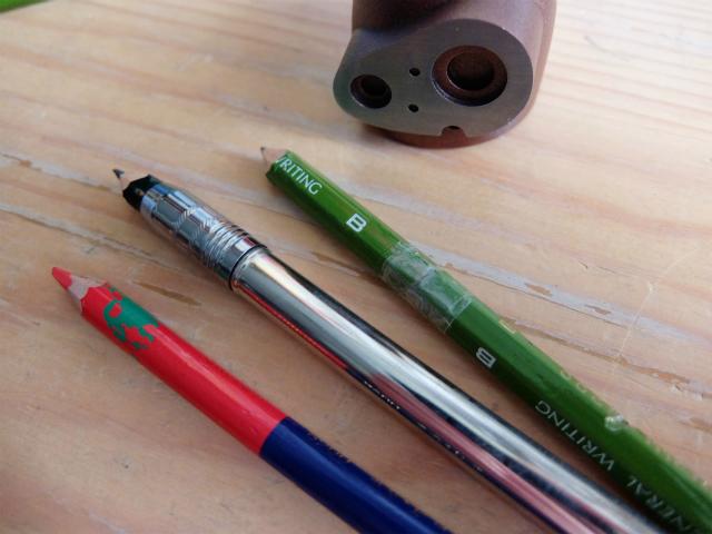 短くなった鉛筆の活用法の写真です。アニメーション作りの基本です。