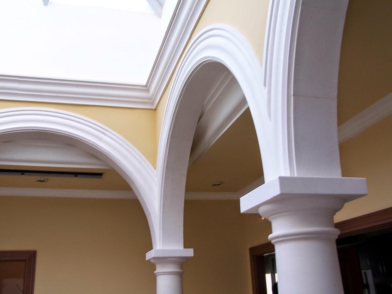 patio con columnas arcos y bóvedas en piedra caliza