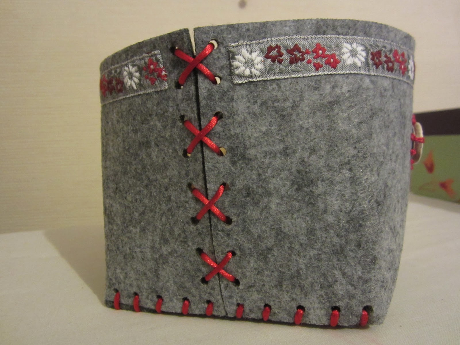 les fils clectiques corbeille en feutre tissu et. Black Bedroom Furniture Sets. Home Design Ideas