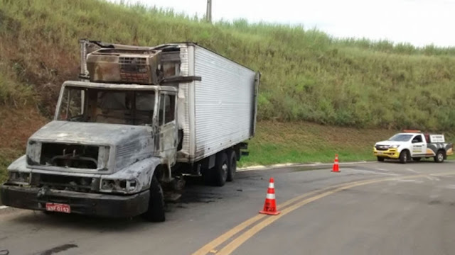 SP-342: Caminhão é tomado pelas chamas e motorista fica ferido