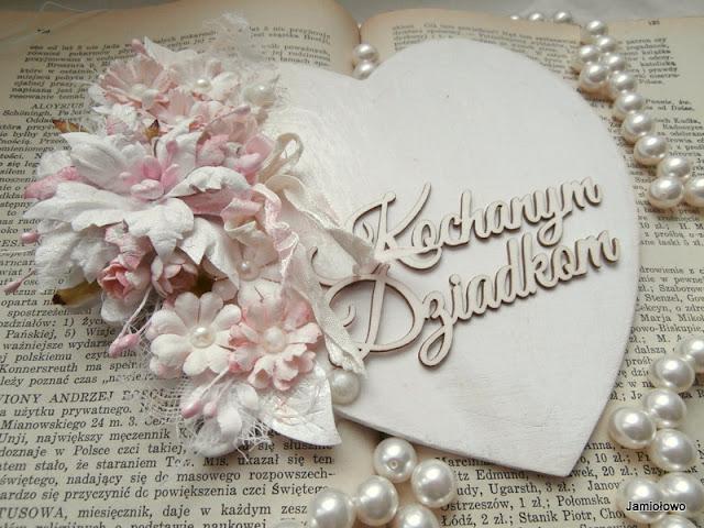 drewniane serce i napis z tekturki