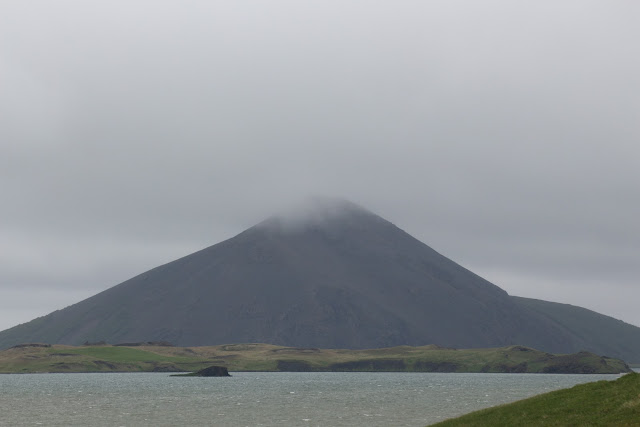אחד מהרי הגעש באזור האגם