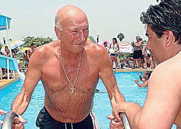 Foto de Gino Pinasco en la piscina