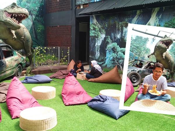 Mie T-Rex Malang: Sensasi Makan Mie Pedas di Jurrasic Park