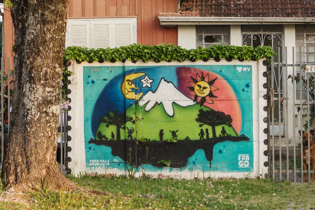 Uma casa de madeira com grafite no muro