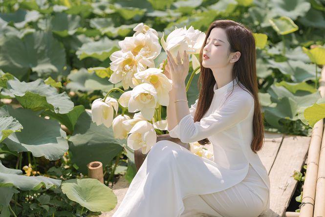 Ngắm bộ ảnh hoa khôi ĐH Ngoại Thương Thúy Đoàn bên đầm sen trắng 5