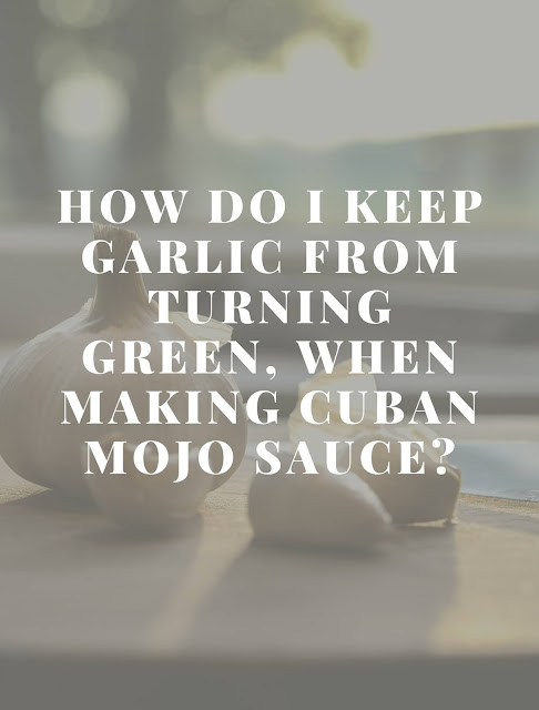 How do I keep garlic from turning green when making Cuban mojo sauce