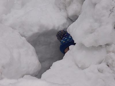Babia Góra zimą, zabawy na śniegu, budowanie igloo
