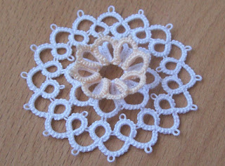 Tatting motif two colours