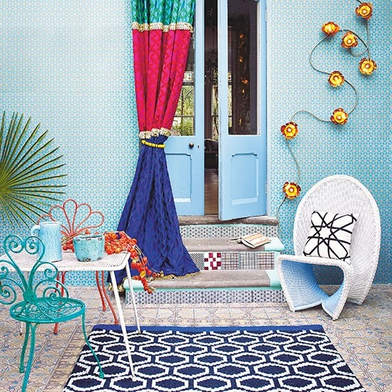 jardín moderno con tonos azules