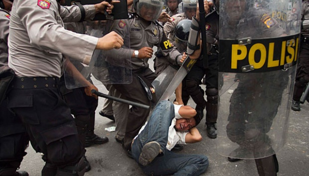 Foto polisi dan pendemo
