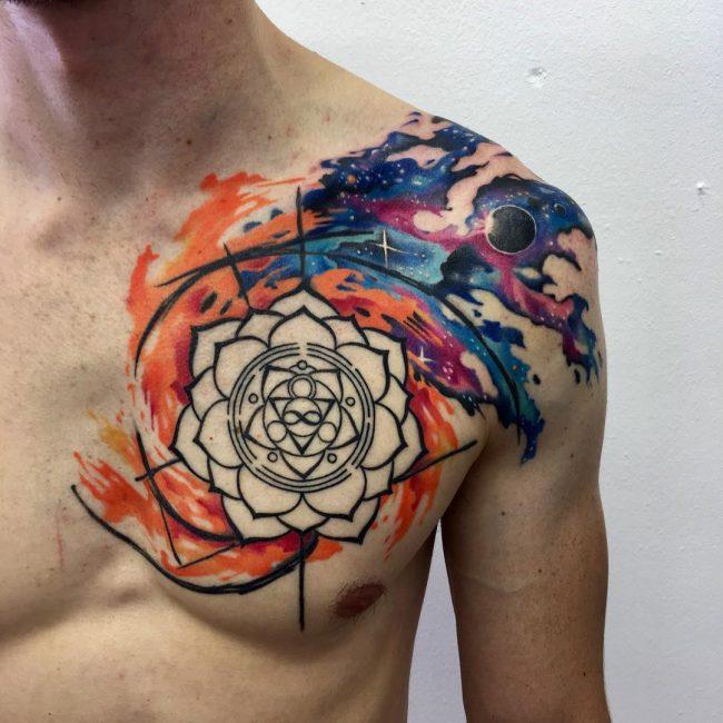 Este es un tatuaje de flor de loto y universo