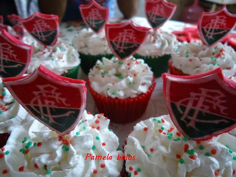 Bolo de pasta americana com a temática do fluminense. Os cupcakes são de  chantilly . d40e3d35d1833