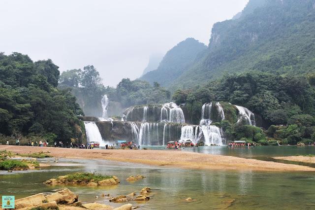 Cascada Ban Gioc llena de barcas, Vietnam
