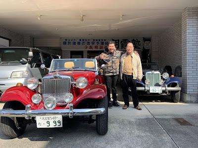 """Alex """"Chopper"""" Yamada e Taka Mitsuhashi diante da garagem mais alegre do Extremo Oriente."""