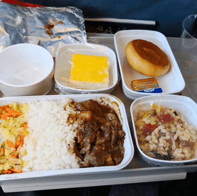 Hãng hàng không Trung Quốc Air China phục vụ hành khách cơm bò, salad ngũ cốc và một miếng bánh mì kèm với bơ để phết lên. Bên cạnh đó còn có món tráng miệng là một miếng bánh ngọt.