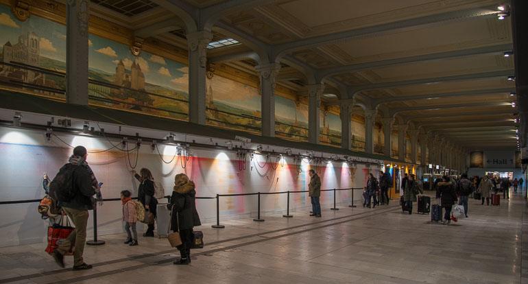 Salle des guichets de la gare de Lyon avec sa grande fresque
