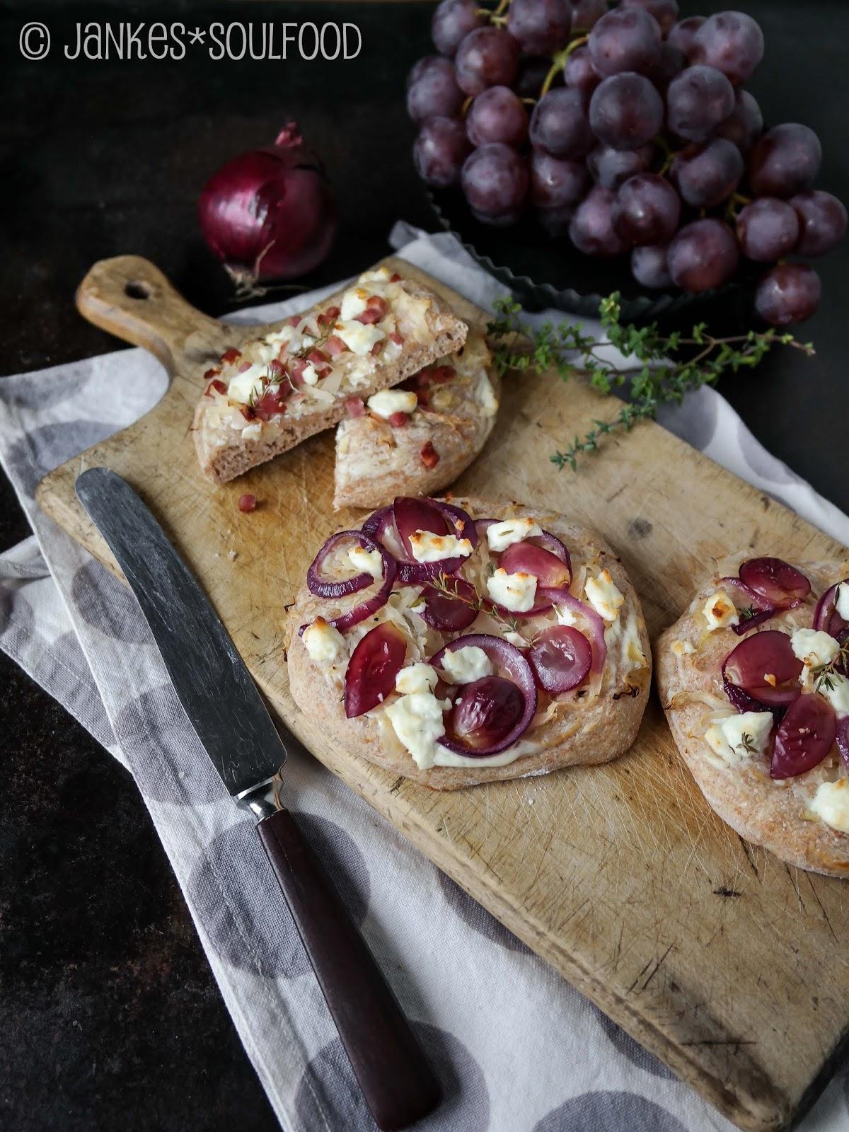 Brotfladen mit Sauerkraut und Trauben