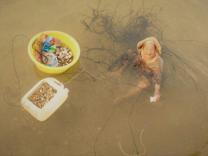 Nenek 85 Tahun Menghabiskan Masa Berjam Di Laut Demi Menyara Anaknya Yang Kurang Upaya
