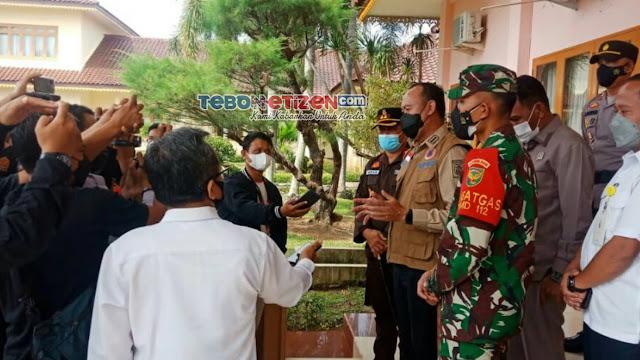 Potret Keseruan Insan Pers Saat Peliputan Pembukaan TMMD Ke-112 Kodim 0416/Bute di Rumah Dinas Bupati Tebo