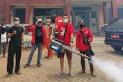 DPC Partai PSI Grogol Petamburan Kembali Lakukan Fogging di Kantor Kelurahan Tanjung Duren Selatan