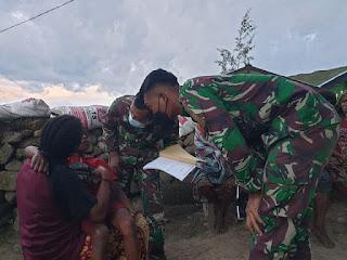 Satgas TNI Membantu Mengobati Masyarakat Yang Sedang Sakit di Pegunungan Tengah Papua