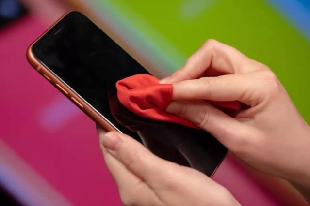 5 أسباب يجب تفاديها عند تنظيف شاشة الهاتف
