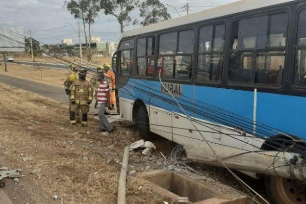 Acidente com ônibus deixa duas passageiras feridas na DF-463