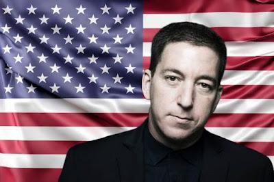 Glenn Greenwald com bandeira EUA ao fundo