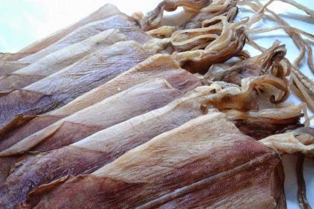 mực khô được đánh bắt, tẩm gia vị, phơi nắng và bảo quản khô