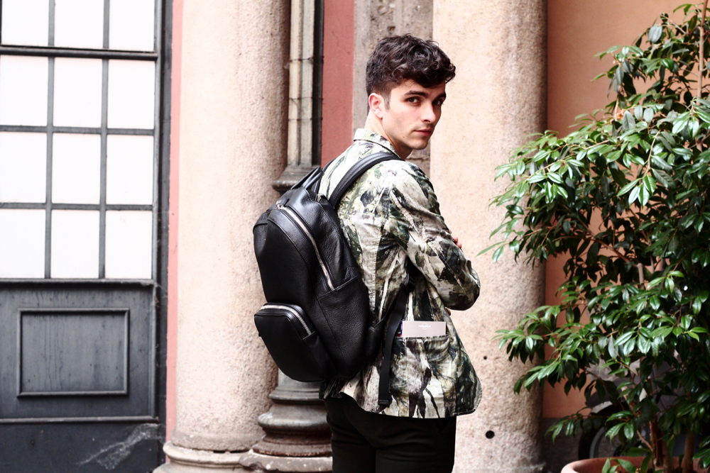 BLOG_MODE_HOMME_STYLE_MASCULIN_weekend-a milan-bonnes-adresse-musee-palazzo-veste-kenzo-imprime-tropical-sac-a-dos-cuir-montblanc-leather-backpack-cuir-graine-ceinture-givenchy-belt