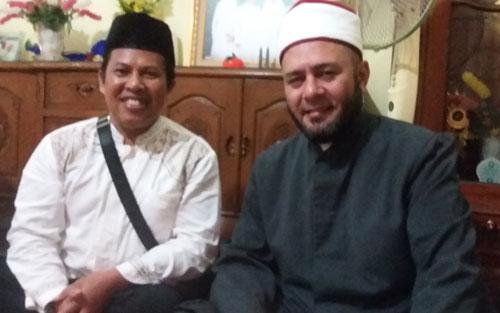 BERSAMA SYEK ASSEM :  Penulis berswafoto dengan Syekh Assem Ahmed Ghazi Meshaal dalam sebuah jamuan makan malam setelah beliau memberikan ceramah Maulid di Masjid Babul Jannah (16/110. Foto Asep Haryono