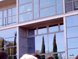 L'Alcaldesa de Girona, Marta Madrenas és a dins i 2000 ciutadans som a fora.