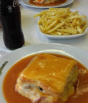Francesinha, batata frita e coca-cola