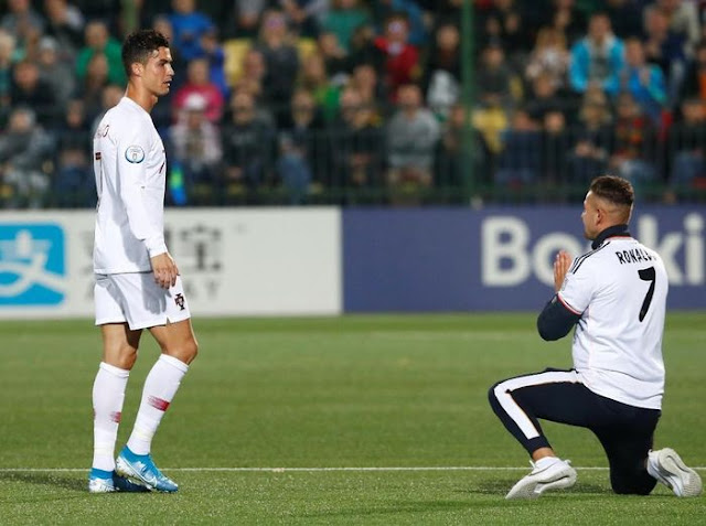 Surprised, these fans knelt in front of Ronaldo
