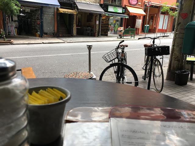 Bicicletas na rua vistas de restaurante