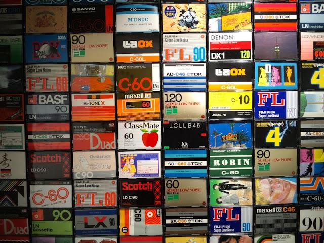 カセットテープのケースが展示されている模様です。