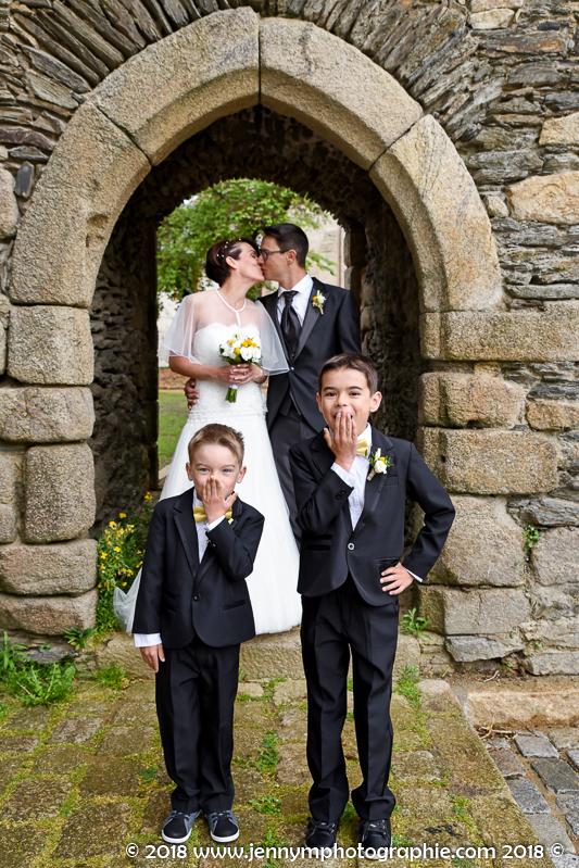 portrait mariés, photo de couple avec leur fils, bisous des mariés