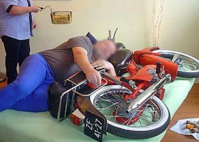 grappige foto man slaapt met motor